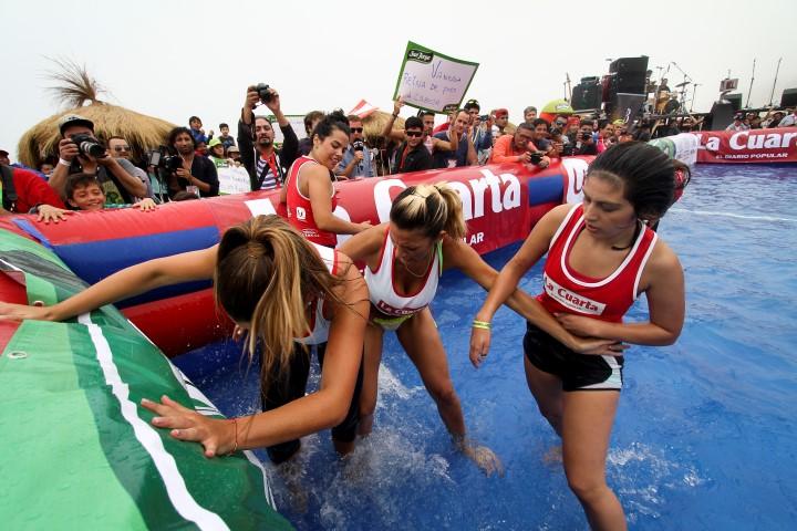 Poleras mojadas! Candidatas a reina lo dan todo en los deportes