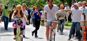 "Colombian singer Shakira (L) and Colombian singer Carlos Vives ride bikes during the recording of the video for the song ""La Bicicleta"" (The bicycle) in Barranquilla, Atlantico department, Colombia, on May 20, 2016.  / AFP / JOSE TORRES"