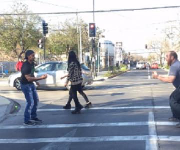 Graban a Chino Ríos en un semáforo haciendo malabarismo