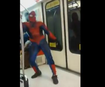 Este hombre araña sorprende en pleno Metro Santiago