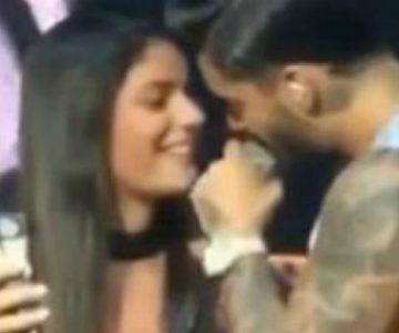 Maluma besó a una fanática arriba del escenario