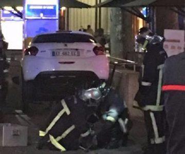 Creyó que era la entrada para un estacionamiento y se metió con su automóvil al metro