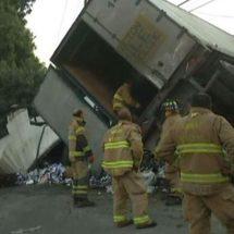 """Camión cargado con cervezas volcó y todos se pusieron a """"ayudar"""" a recogerlo"""