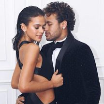 Novia de Neymar impacta con su diminuto traje en el carnaval de Río