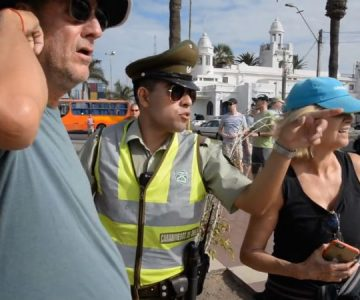 """Carabinero se peina con el inglés y """"la rompe"""" ayudando a los turistas en Arica"""