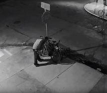 Vídeo: Ladrón desmontó señal de tránsito para robar bicicleta
