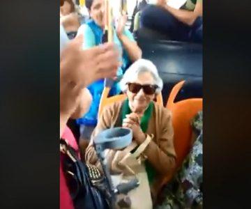 #NoticiasConCorazón: Pasajeros del Transantiago le cantan el Cumpleaños Feliz a una abuelita
