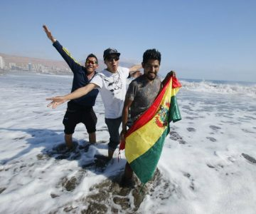 En plena demanda marítima, bolivianos hicieron banderazo en playa iquiqueña