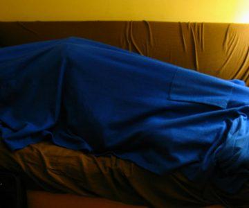 El bello durmiente: Ladrón se queda dormido en el living de la casa donde estaba robando