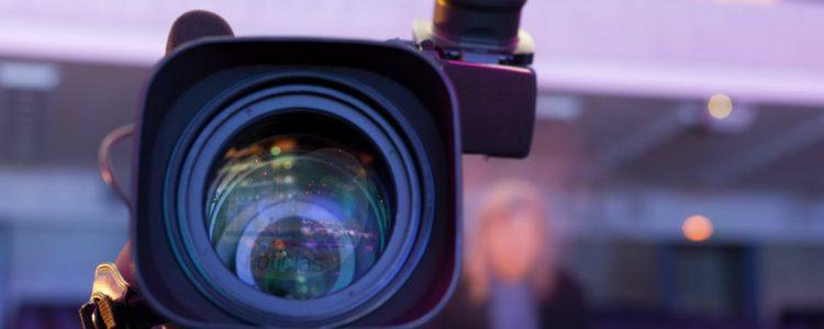Despistada encargada del aseo protagoniza chascarro en plena emisión de noticiero chileno