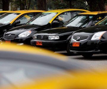 Taxista honrado por fin devolvió los millones que dejó un pasajero en su auto