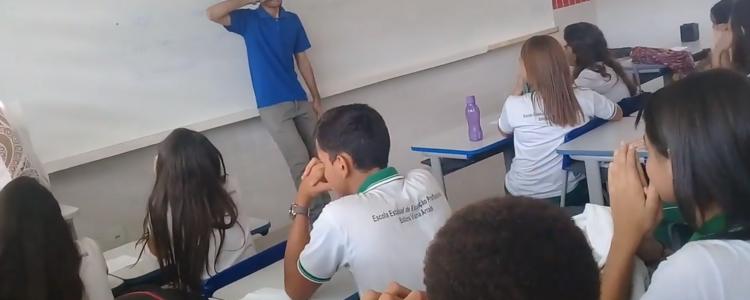Alumnos sorprenden a profesor endeudado y él se emociona hasta las lágrimas