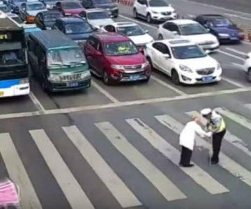 El noble gesto de un policía con un abuelito que no podía cruzar la calle