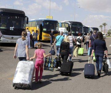 Señora se vuelve viral por agarrar a chuchá limpia a su acompañante de bus