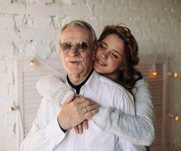 Veinteañeras se agarraron a cornetes por el amor de un anciano de 88 años