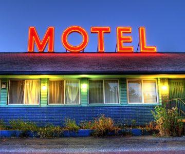 Che mal portado llevó a su amante al motel y la suegra lo pilló en plena