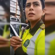 Pillan chanchita a policía colombiana hablando de sexo en pleno operativo