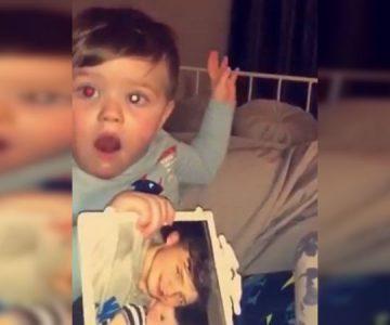 Bebé mira foto de su papá fallecido y su reacción «fantasmal» causa cuco en internet