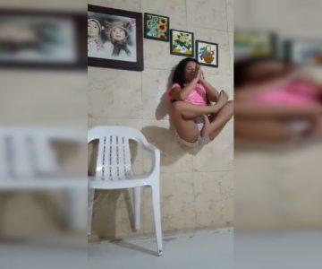 Niña quería sorprender con truco de «levitación» pero su mamá arruinó todo en un segundo