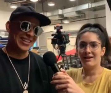 Le bajaron los nervios a periodista en medio de entrevista con Daddy Yankee