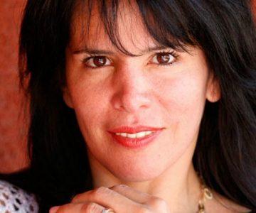 Anita Alvarado muestra lo grande que está una de sus retoñas