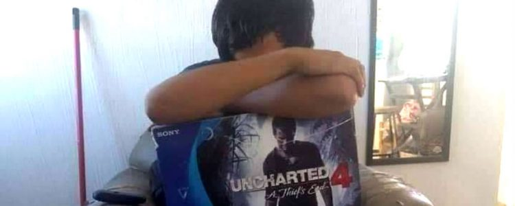 Joven vende su PlayStation 4 para comprar pañales para su retoño recién nacido