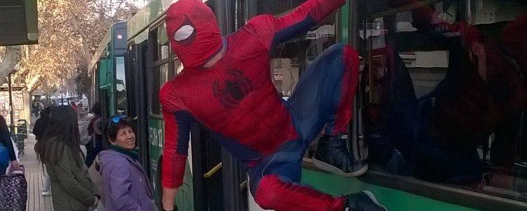 «Estúpido y Sensual Spiderman» protagoniza detención ciudadana en la Alameda