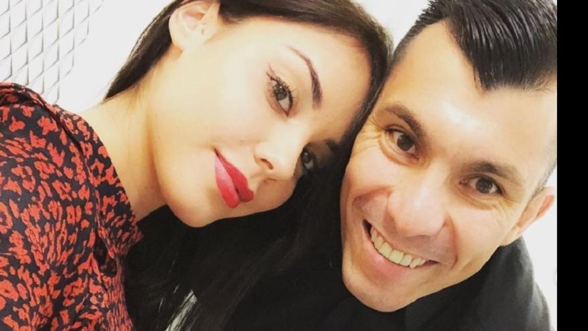 Gary Medel Y Su Esposa
