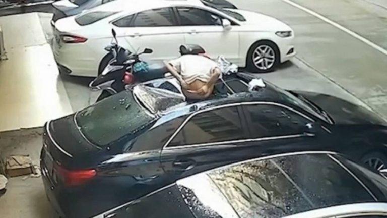 Mujer Cae Auto